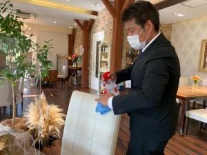 式場内を案内してくださった亀岡明寛さん。 打ち合わせが終わる度に、すべて除菌しています。