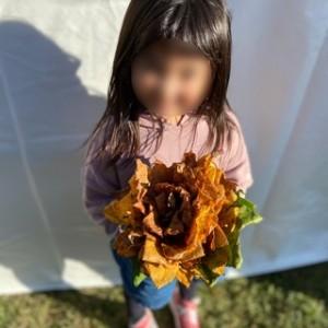 この花束、実は枯れ葉を束ねたもの!とっても素敵!