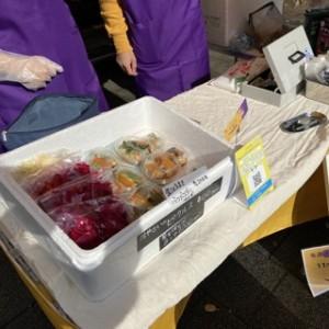 TEA TO EATさんはオリジナルスパイスカレーのお弁当 850円、冷凍カレーココナッツ600円、オリジナル730円 棒棒鶏風生春巻き 200円を販売!