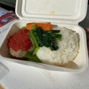 これがFAROさんの小名浜秋刀魚のポーポーハンバーグの入った「FAROごはん」。美味しそう〜♪