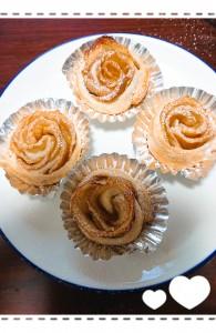 女子力アップ作戦第二弾! アップルパイ作り🍎 初めてアップルパイを焼きました。 レシピ検索して2番目ぐらいに出てきた超簡単レシピ! バラの形のアップルパイ♡ 普段お菓子作りなんてやりません!きっとそろそろ雪でも降るでしょう⛄ それにしても不器用がバレる・・・💣
