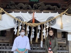まずは御本殿の前で記念撮影! 基本的には参拝の時間は扉が開け放たれているので、換気はバッチリです!