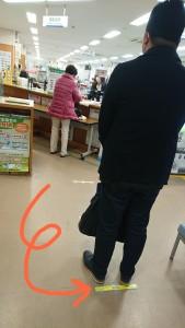 順番を待つため、床には間隔を開ける目安となるラインをひいてあります(*^-^*)