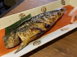鯖の塩焼きって美味しいよね♪もう大好き〜!塩鯖を買ってきて鯖の棒鮨を作ったこともあります!