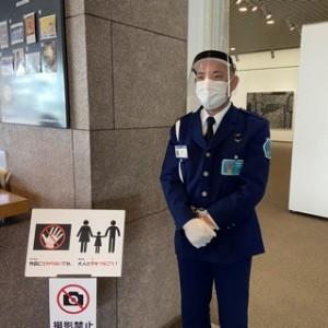 守衛さんもマスク+フェイスシールド着用です!(ご本人に許可をいただいて撮影してます!)