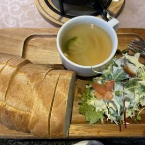 珍しくご飯ではなくパンをチョイスしたときのランチ。メインは煮込みハンバーグ♪