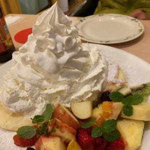 パンケーキもパン?パンなのかな?これはカウアイカフェさんのパンケーキ。ほぼクリームとフルーツしか見えない(笑)